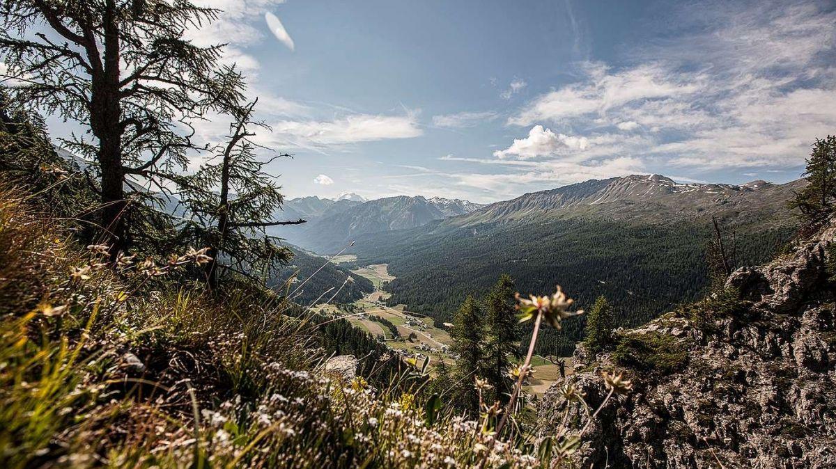 La quietezza avant la burasca: In Val Müstair candideschan daplü candidatas e candidats co quai chi sun sezs d'occupar (fotografia: Andrea Badrutt).