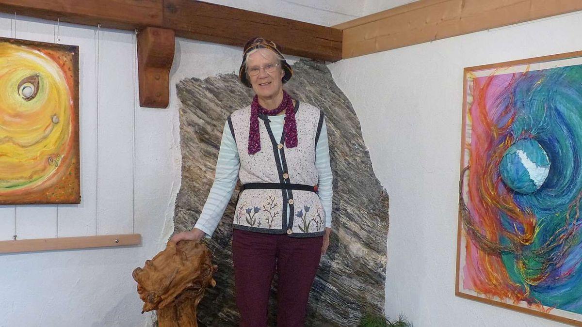 Ursina Ganzoni cun n pêr da sias lavuors chi vegnan muossadas illa Grotta da cultura a Sent (fotografia: Flurin Andry).