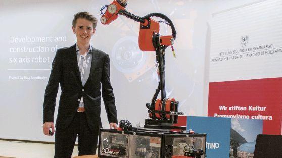 Das technische Nachwuchstalent Noa Sendlhofer präsentiert sein Langzeitprojekt: einen selbst konstruierter Roboterarm. Foto: z.Vfg