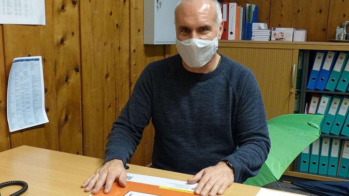 Il manader da scoula Mario Rauch in seis büro spera cha la situaziun nu's pegiorescha (fotografia: Flurin Andry).