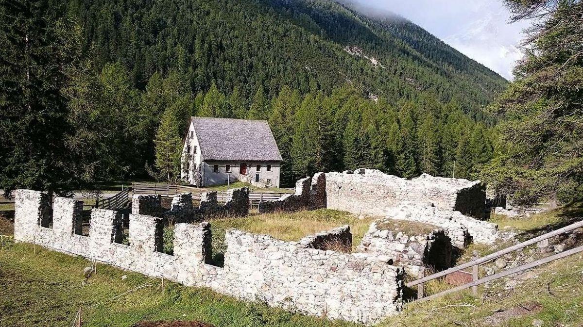 Il Museum Schmelzra, cullas ruinas a l'entrada da S-charl, dess gnir cumplettà cun ün annex (fotografia: Benedict Stecher).