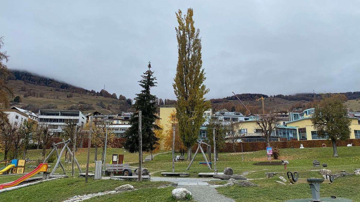Il Bogn Engiadina Scuol cun tuot il parkin davantoura dess dvantar il lö central per tuot las sportas d'aua a Scuol (fotografia: Nicolo Bass).