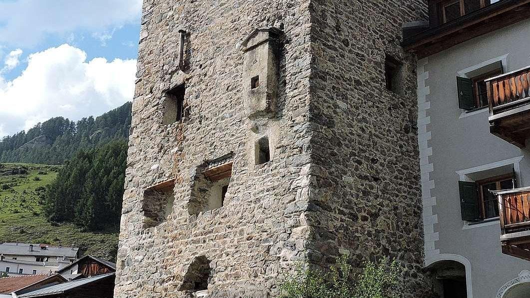 La Tuor Vonzun ad Ardez es gnüda renovada (fotografia: Jonpeider Strimer).