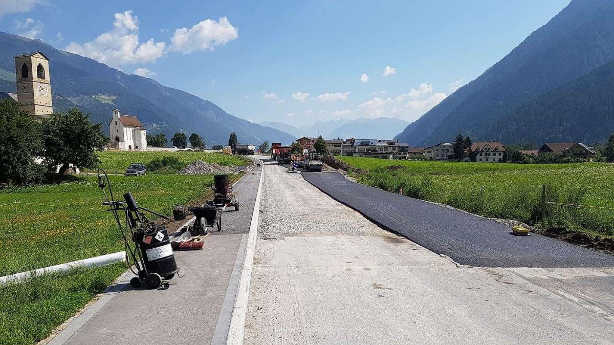 Ingon s'haja catramà la Via Prövis chi maina suot il cumün da Müstair oura, la vetta d'asfalt fina survain il sviamaint quist on chi vain (fotografia: UCB).