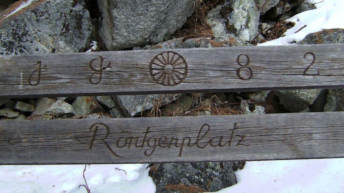 Der Röntgenplatz mit Bänken und einer Gedenktafel befindet sich oberhalb von Pontresina am Wandereweg Richtung Alp Languard. Foto: Katharina von Salis