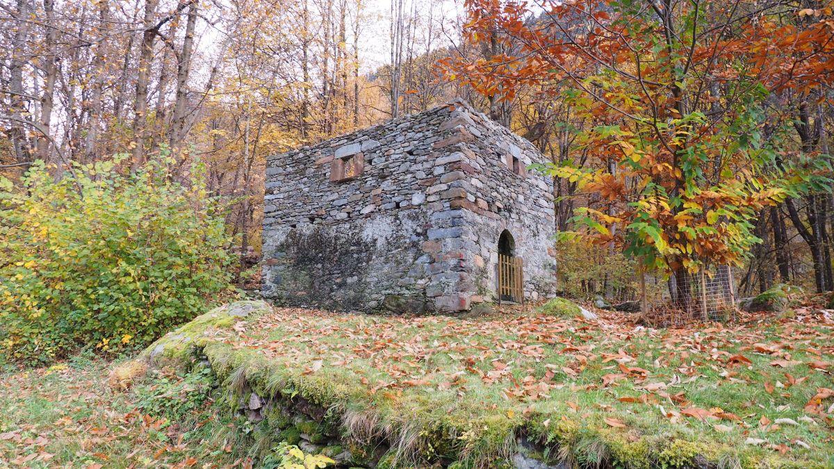 Die Hausruine nach ihrer Restaurierung. Über den zwei gemauerten Geschossen muss man sich noch ein weiteres Geschoss aus Holz und mit einem Dach vorstellen.