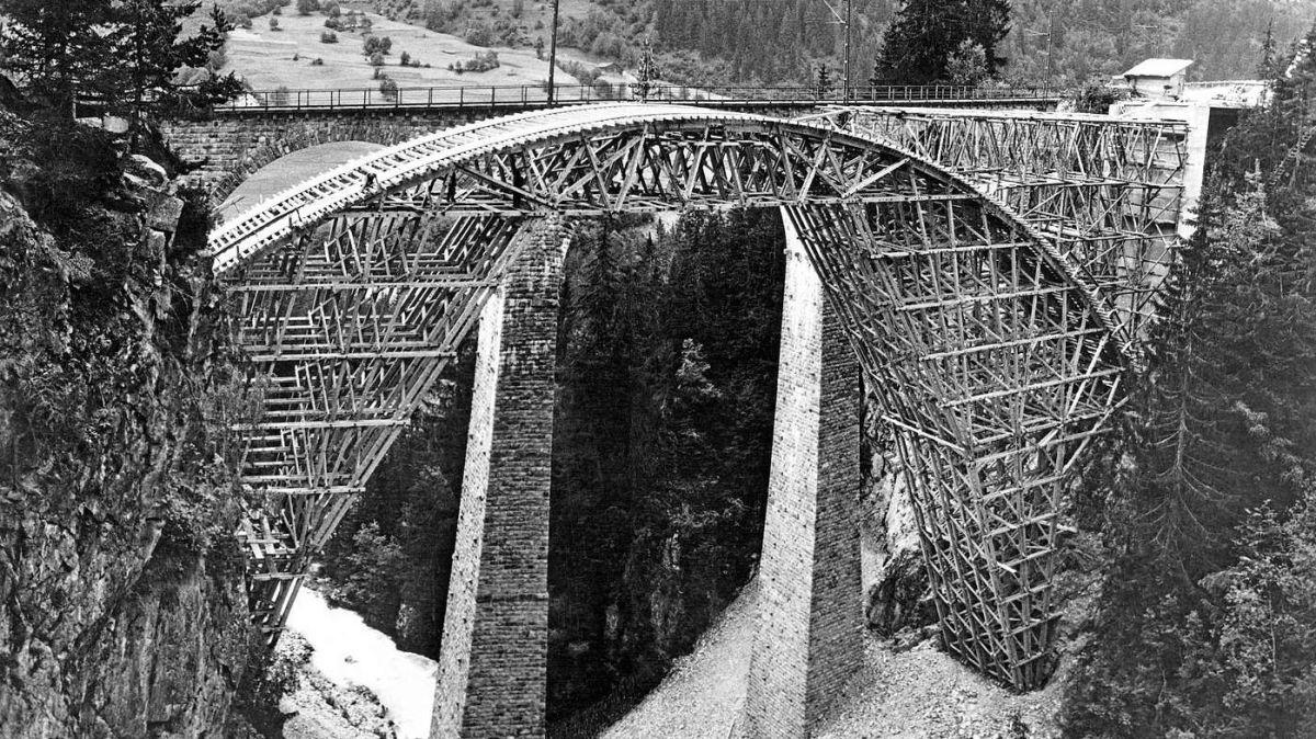 La punt persa fabrichada dal constructur Richard Coray per la punt da la via chantunala sur la Val Russein, tanter Sumvitg e Mustér (fotografia archiv: Antiquariat Lietha, Trin).