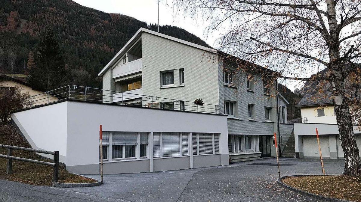La chasa Ratsches 230 a Martina cun trais abitaziuns, büros e garaschas (fotografia: Erica Müller).