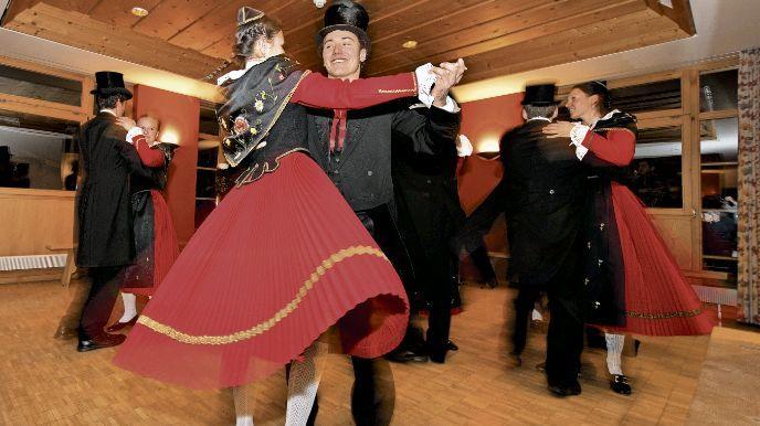 Der Tanz der roten Rücke - eine Unterengadiner Tradition. Foto: Thomas Koller