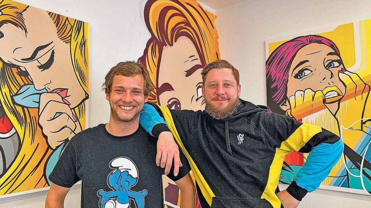 Unternehmer Thierry Niggeler (links) und Komikfiguren-Künstler BustArt aus Basel bei der Eröffnung.  Foto: Gianna Duschletta