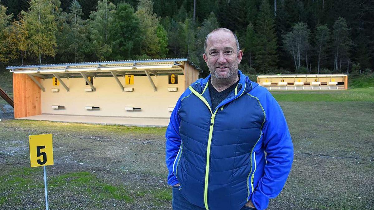 Arno Kirchen preschainta il nouv implant da biatlon a Sclamischot (fotografia: Nicolo Bass).