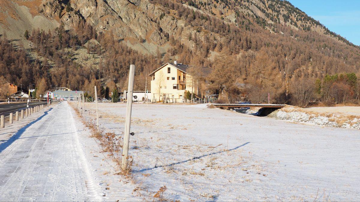 Am Marathon-Sonntag können Langläufer diesen Strassenabschnitt über angehäuften Schnee queren, ansonsten müssen sie die Skier abschnallen und zu Fuss gehen.