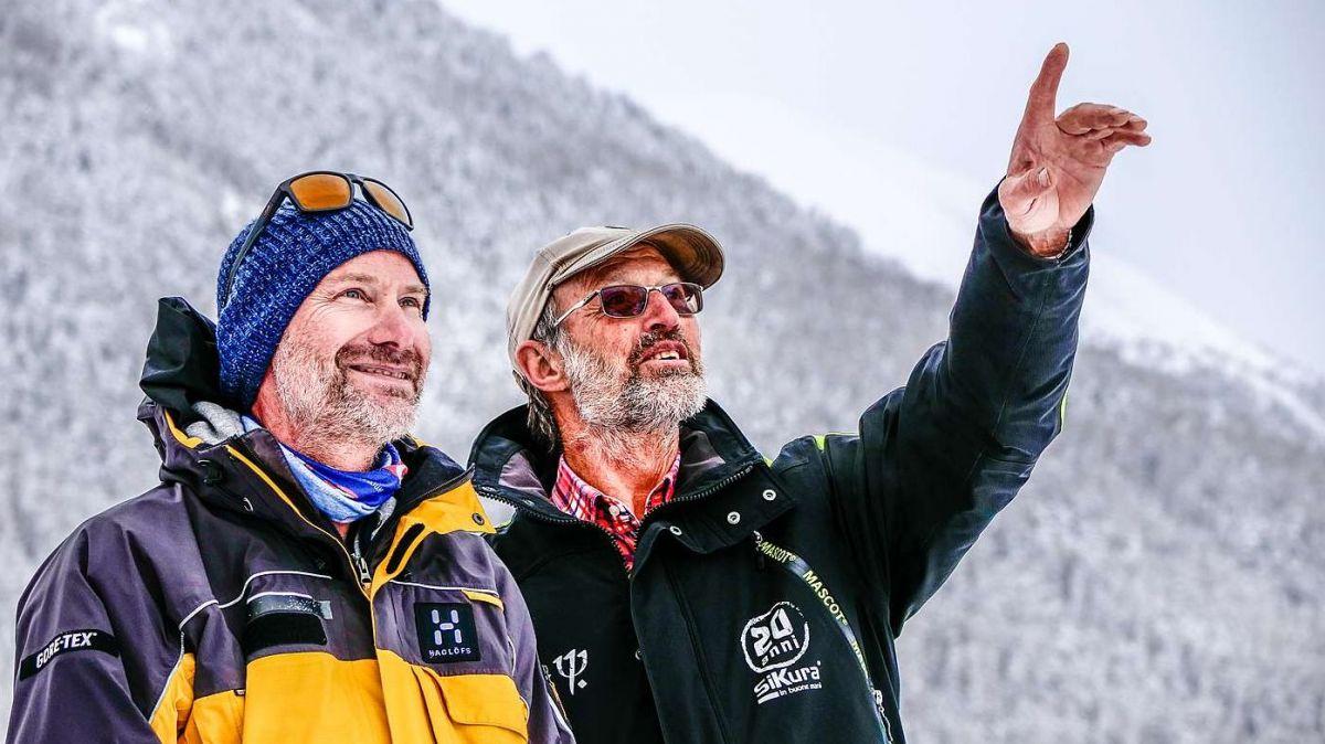 Lorenzo Buzzetti (links) und Gino Paganini von der Samedner Lawinenkommission begutachten vom Flugplatz aus die Südflanke des Piz Padella nach erfolgter Lawinensprengung. Foto: Jon Duschletta