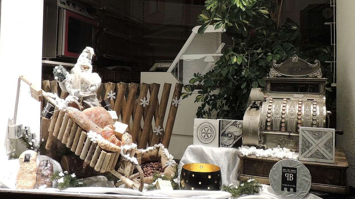 Las fanestras ed ils avantportas decorats individualmaing a Sent dan spranza (fotografia: Benedict Stecher).