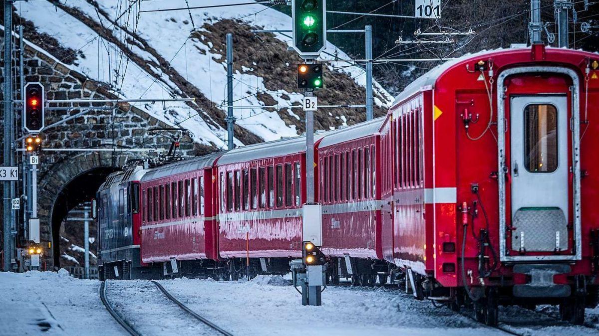 Üna sesantina da deputadas e deputats han suottascrit l'incumbenza a man da la Regenza a reguard üna colliaziun da tren da l'Engiadina i'l Vnuost (fotografia: Daniel Zaugg).