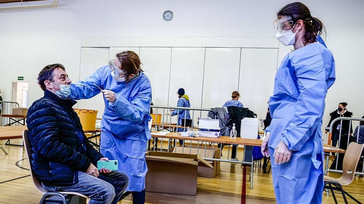 Vor dem Testprozedere muss sich niemand fürchten. Das anstehen und warten ist mitunter mühsamer als der Nasen-Rachen-Abstrich selber.  Foto: Beat Gamper