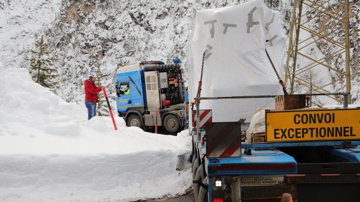 Der 80-Tonnen-Schwertransport auf dem Weg zur EKW-Zentrale Ova Spin. Foto: Engadiner Kraftwerke