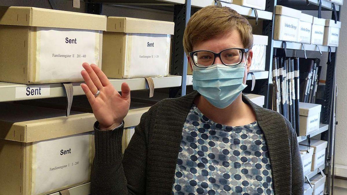 Tina Luzzi chi maina l'uffizi regiunal dal stadi civil a Scuol qua i'l archiv (fotografia: Flurin Andry).