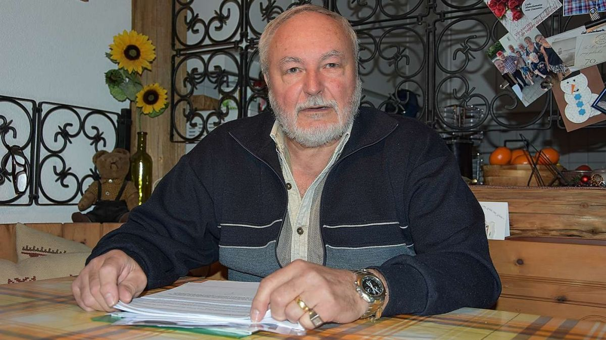 Cun sia «Zürischnurre» scriva Giacumin Bass eir gugent commentars e «pizcha» per temas chi til stan a cour (fotografia: Nicolo Bass).