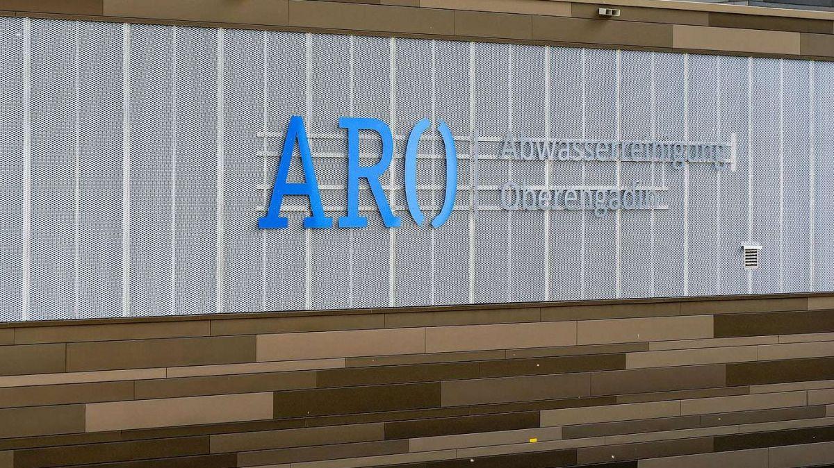 Fassade mit Schriftzug der ARA Oberengadin in S-chanf. Foto: Jon Duschletta