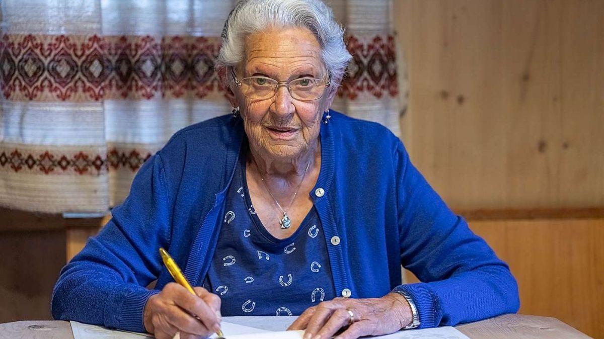 Mema Etter in acziun, ella scriva tuot seis texts a man (fotografia: Cesare Mauri).