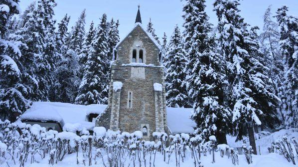 Die Kirche Nairs bei Scuol. Foto: Nicolo Bass