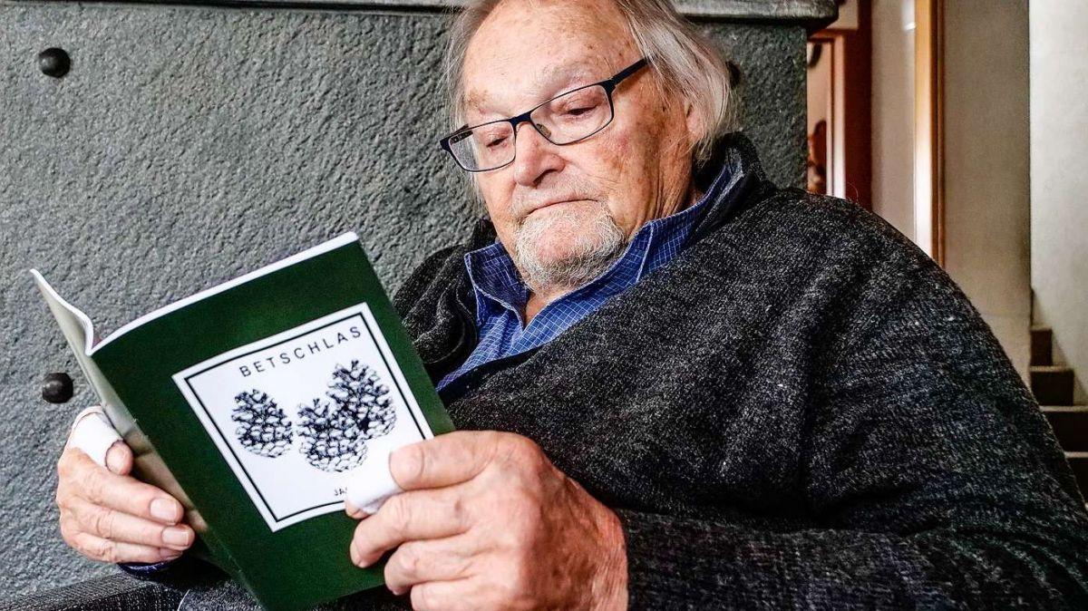 Jacques Guidon sföglia in sia nouva, e davo «Nuschellas» da l'on passà, seguonda publicaziun d'impissamaints ed evenimaints, nomnada «Betschlas» (fotografia: Jon Duschletta).