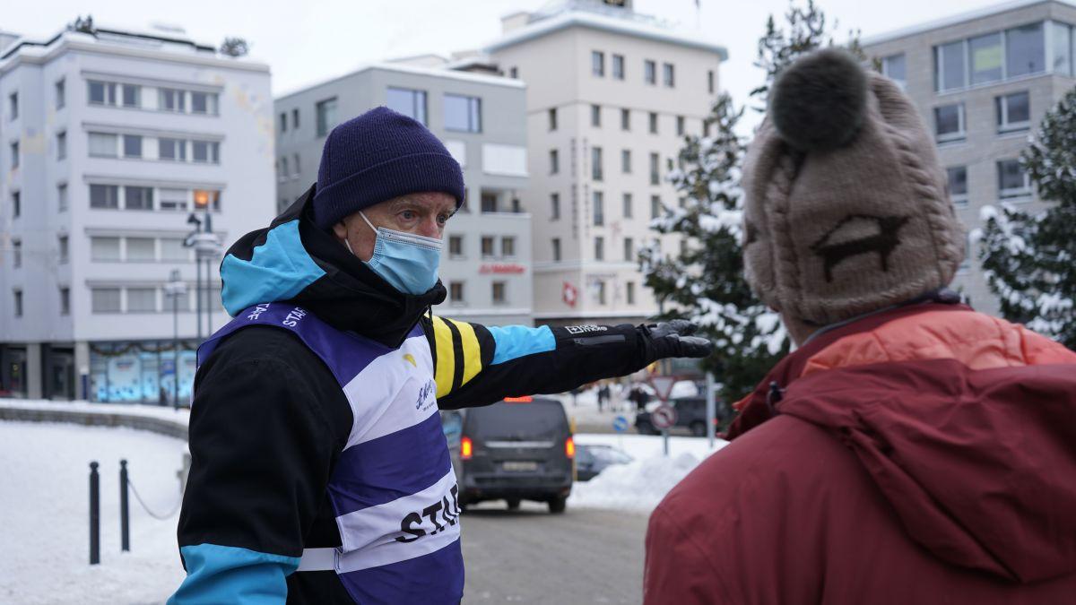 Der Dorf-Angel John Webster ist im Zentrum von St.Moritz im Einsatz. Er versteht sich als Helfer und Unterstützer. Das bedeutet unter anderem, Gäste auf die bestehende Maskenpflicht hinzuweisen.Foto: Denise Kley