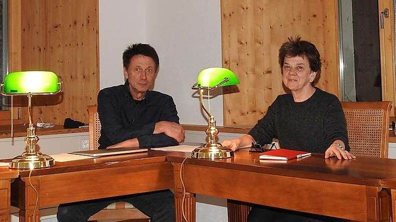 Manfred Koch ed Angelika Overath illa stanza da lur Scoula da scriver a Sent (fotografia: mad).