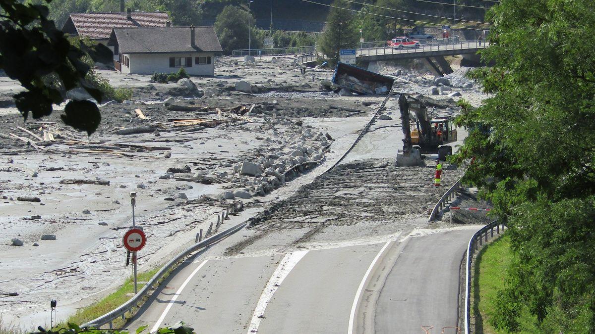 Nach der Katastrophe: Die Malojastrasse und die Bondascabrücke sind von Schlamm überzogen. Sie sollen im Rahmen von Bondo II komplett erneuert werden.