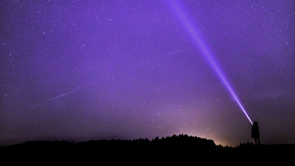 Die verräterische hell leuchtende Taschenlampe unter einem bezaubernden Sternenhimmel, oder aus der Sicht von Gefangenen: die Kulisse der Freiheit. Foto: Felix Mittermeier/Pixabay.com