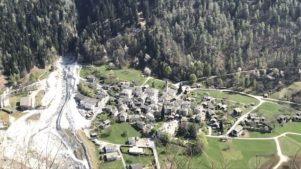 Bondo nach der Katastrophe und vor dem definitiven Wiederaufbau, der am Sonntag beschlossen wurde. Archivfoto: Reto Stifel