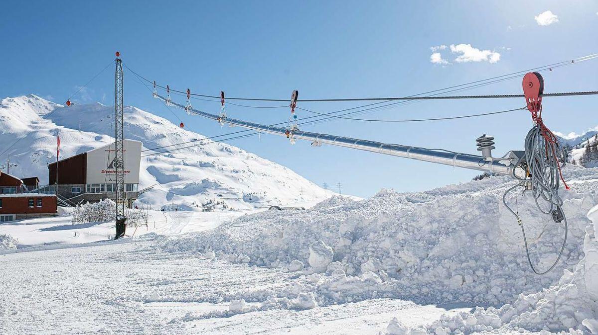 Die Testanlage des Schneiseilsystems befindet sich direkt hinter dem Bahnhof Diavolezza. Dort wird Schnee ab einem Seil mit fünf Düsen produziert (Foto: Mayk Wendt).