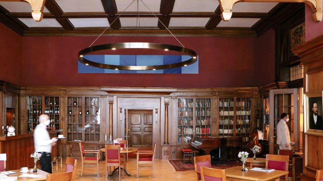 Die Bar im ehemaligen Lesesaal des Waldhauses mit Büchervitrinen. Foto: Sabrina von Elten