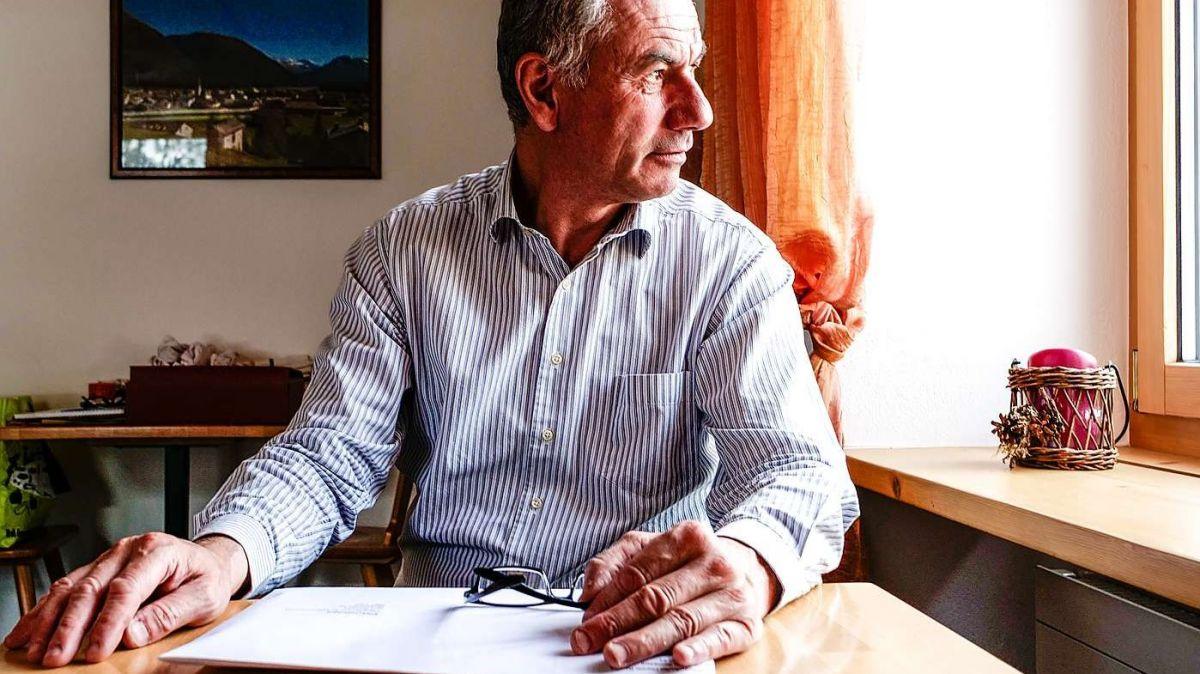 Primo Semadeni, Vorstandsmitglied von Gastro Graubünden und Präsident der Sektion Mittleres Engadin   in seinem Restaurant «Da Primo» in Bever. Vor sich das Kuvert mit dem Antrag auf  Härtefallentschädigung. Foto: Jon Duschletta