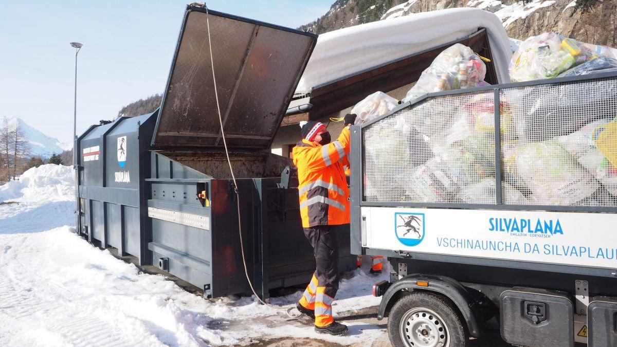 In Silvaplana laden Mitarbeiter der Werkgruppe die Plastik-Sammelsäcke in die Pressmulde. Foto: Marie-Claire Jur