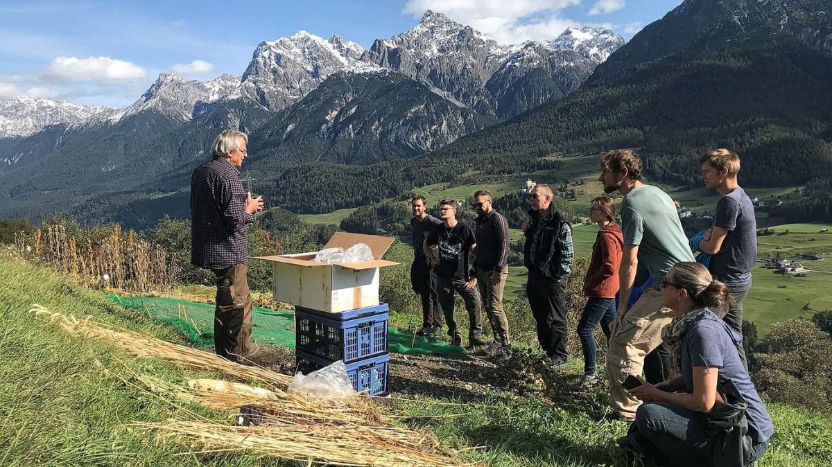 Studierende der Berner Hochschule für Agrar-, Forst- und Lebensmittelwissenschaften HAFL erfuhren im Unterengadin von Biologe Peer Schilperoord Wissenswertes über den Ackerbau in Berggebieten. Foto: HAFL