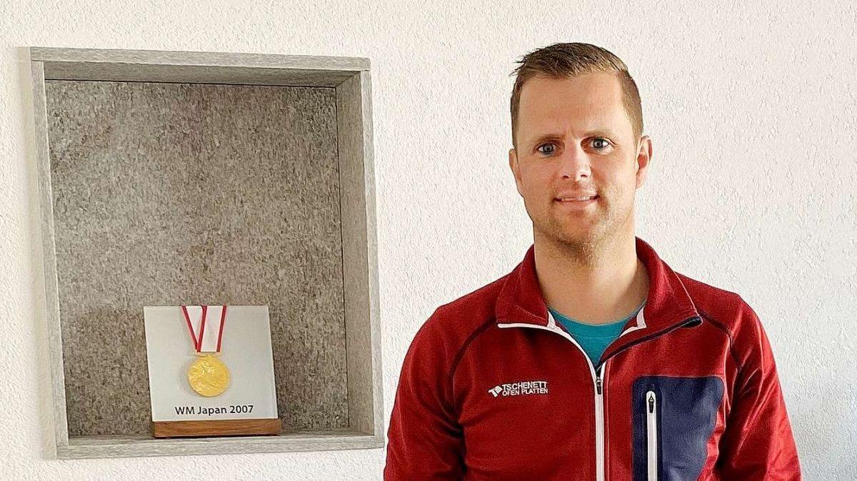 Mirco Tschenett davant sia medaglia d'or ch'el ha guadagnà dal 2007 pro'ls champiunadis mundials da las professiuns (fotografia: Andri Netzer).