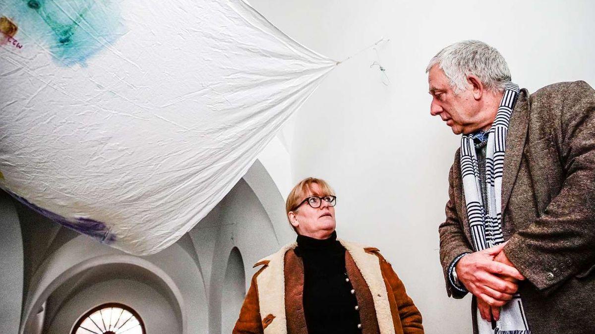 Nairs Geschäftsführerin Cornelia Schwab und Co-Direktor Christof Rösch in der Kunsthalle von Nairs unter einer Installation von Reto Pulver aus dessen aktueller Ausstellung. Foto: Jon Duschletta