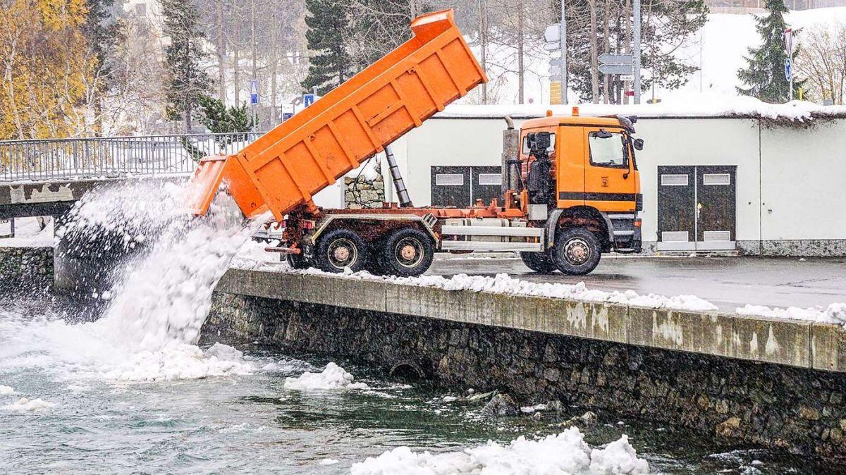 Wird Schnee sofort geräumt, gilt dieser als sauber und kann gleichentags direkt ins Gewässer eingebracht  werden. So wie in  St. Moritz.  Foto: Jon Duschletta