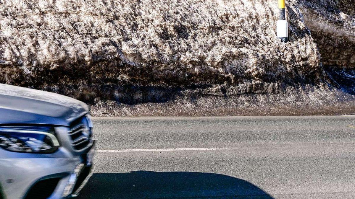 Verschmutzter Schnee am Strassenrand enthält viel Mikroplastik aus dem Abrieb von Fahrzeugreifen. Foto: Jon Duschletta