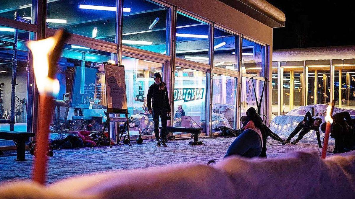 Trenamaint our i'l liber davant il center da fitness Origym a Scuol (fotografia: origym.ch).