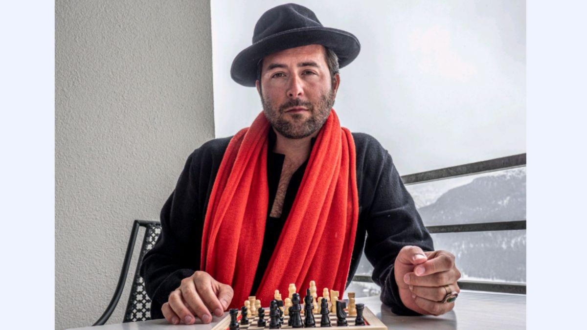 Mittlerweile beherrscht Albrecht die Grundregeln des Schachspiels. Vor dem Dreh zu «Das Damengambit» erhielt er ein Coaching.Foto: Denise Kley