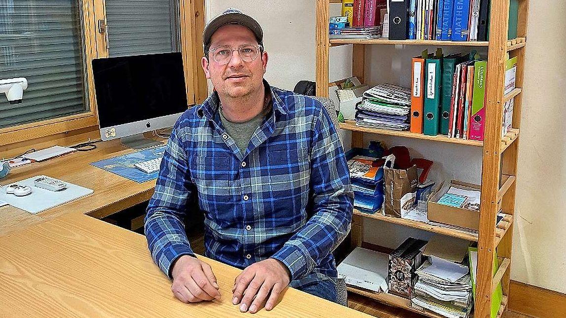 Curdin Nicolay abita a Bever ed el es magister primar a Puntraschingna inua ch'el instruischa la terz'e quarta classa (fotografia: Andri Netzer).