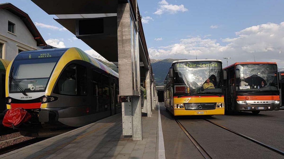 Davent da la staziun da Damal as stoja tour l'auto da posta per rivar in Svizra (fotografia: mad).