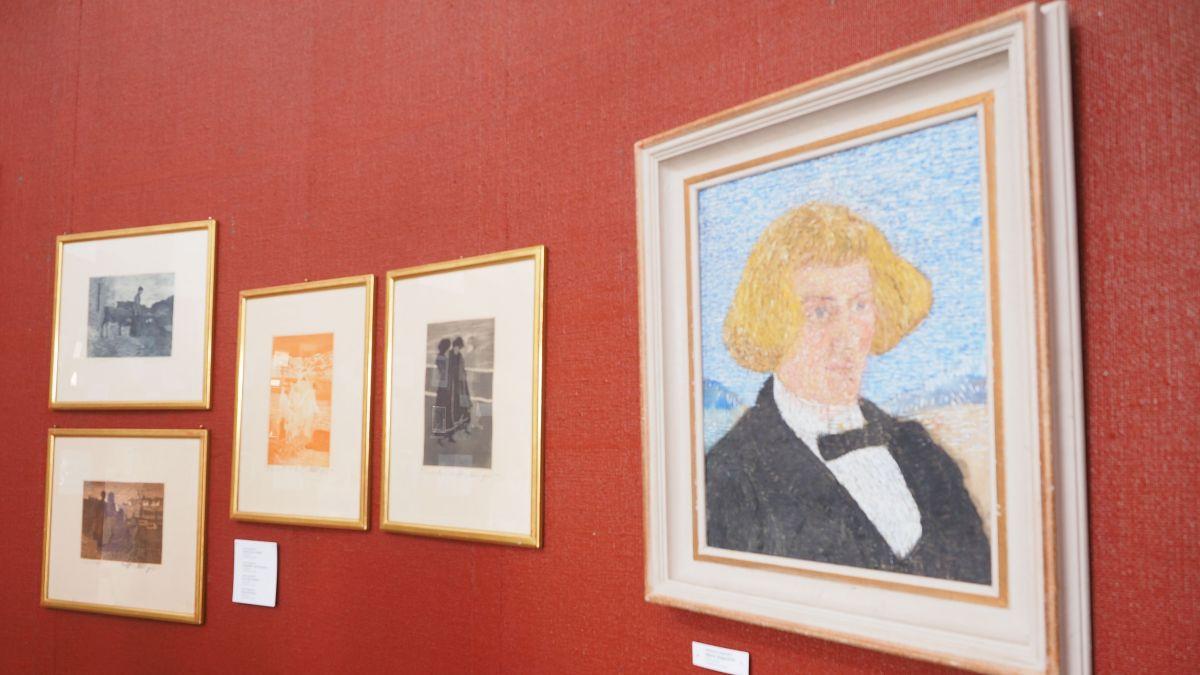 Blick in die Ausstellung mit Selbstporträt von Mario Segantini