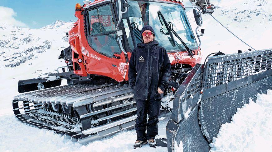 Kobi Würsch ist Park-Chef und zuständig für den Bau der Weltcup-Sprungschanzen. Für das Grobe muss im ersten Schritt der Pistenbully herhalten, bevor es im zweiten Schritt an das Feintuning geht. Foto: Denise Kley