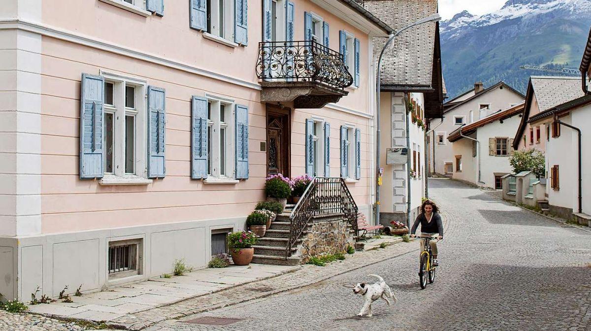 Von Rückwanderung geprägt: Das spätklassizistische Herrenhaus, die «Villa Flor» am Ortsausgang von S-chanf. Foto: Villa Flor