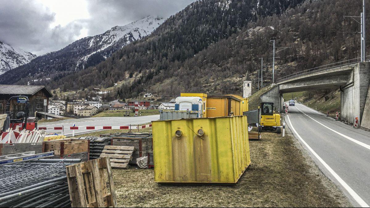 In Lavin wird die Baustelle bereits vorbereitet, die ab 19. April den Verkehr für fünf Monate beeinträchtigen wird. Foto: Daniel Zaugg