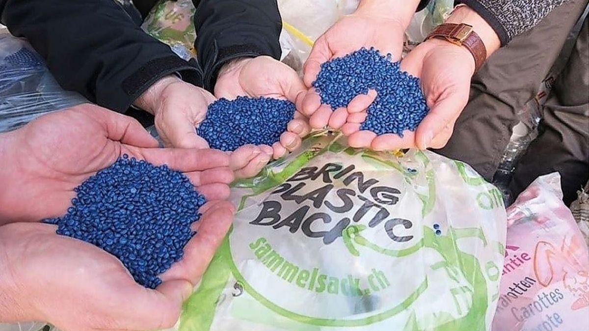 «Bring Plastic Back» promouva ün möd da reciclagi plü dürabel. Bainbod as poja eir in Engiadina Bassa far adöver da quel sistem (fotografia: sammelsack.ch).
